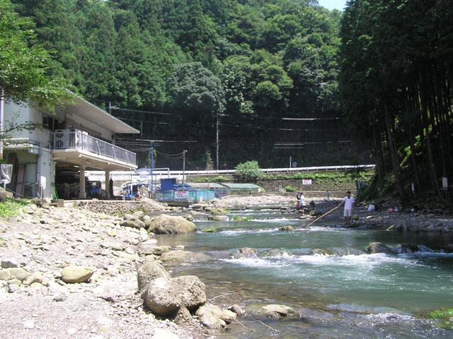 秋川国際マス釣場管理棟近く写真