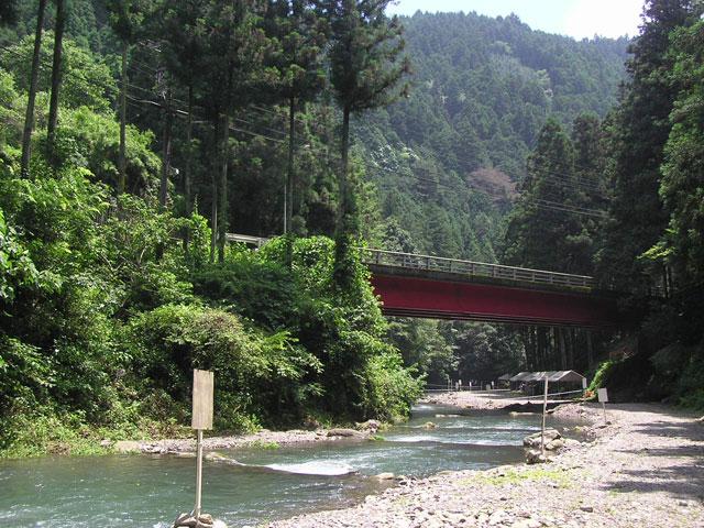 秋川国際マス釣場橋を望む写真