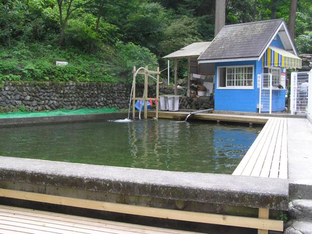 アメリカキャンプ村マス釣場周囲から釣りが可能写真