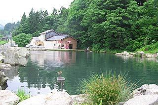 フィッシングプレイス・アピア池と管理棟写真