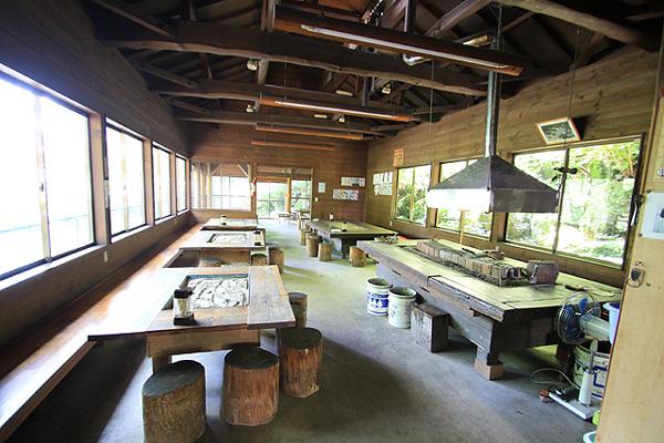 神川町矢納フィッシングパーク屋内に囲炉裏も写真