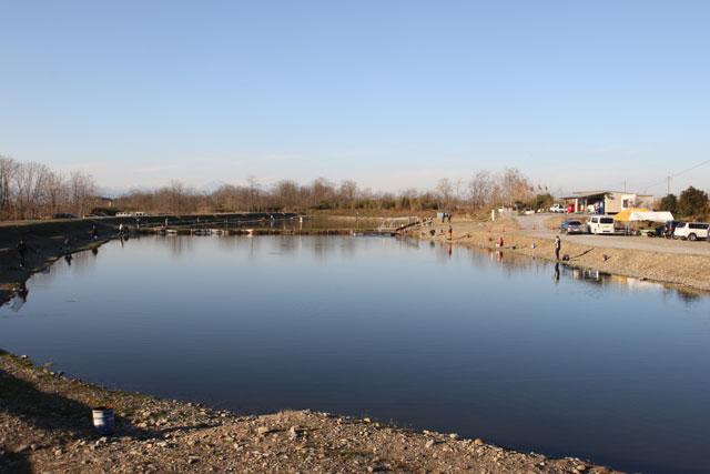 なら山沼漁場南池から北を望む写真