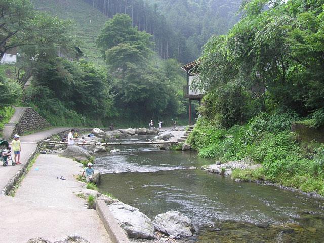 大丹波川国際虹マス釣り場河岸は歩きやすい写真