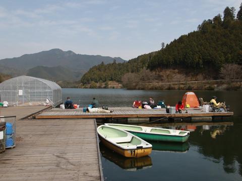 津風呂湖わかさぎ釣り桟橋写真