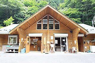 浦山渓流フィッシングセンターキャビン風の管理棟写真