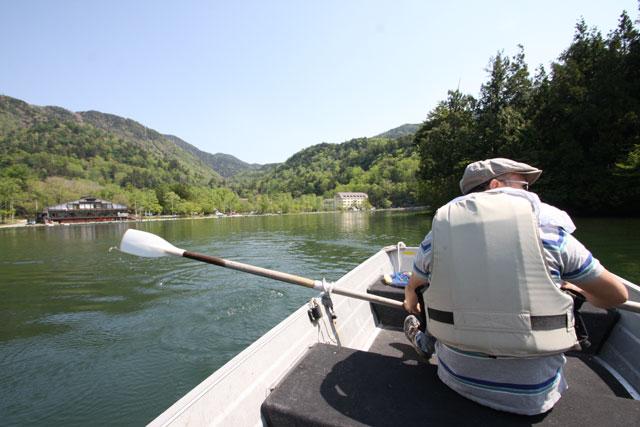 奥日光湯の湖レストハウスを望む写真