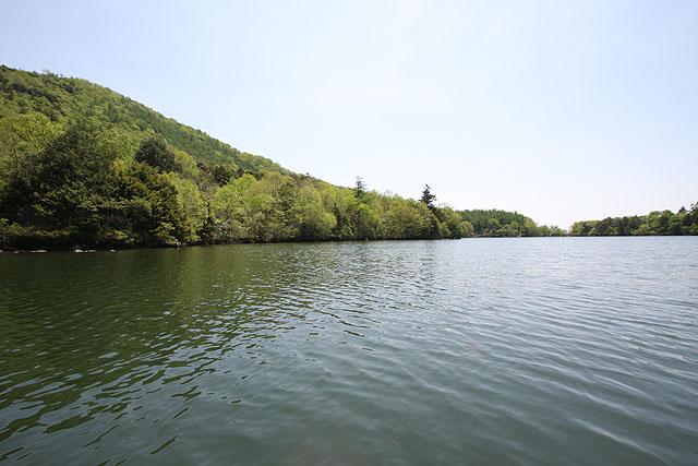 奥日光湯の湖左に兎島を望む写真